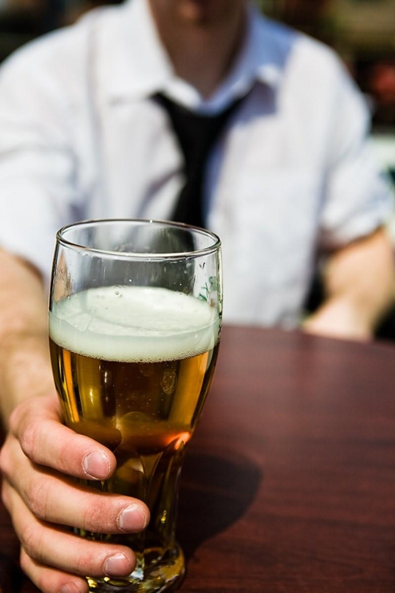 Heavy drinking in middle age linked to memory decline