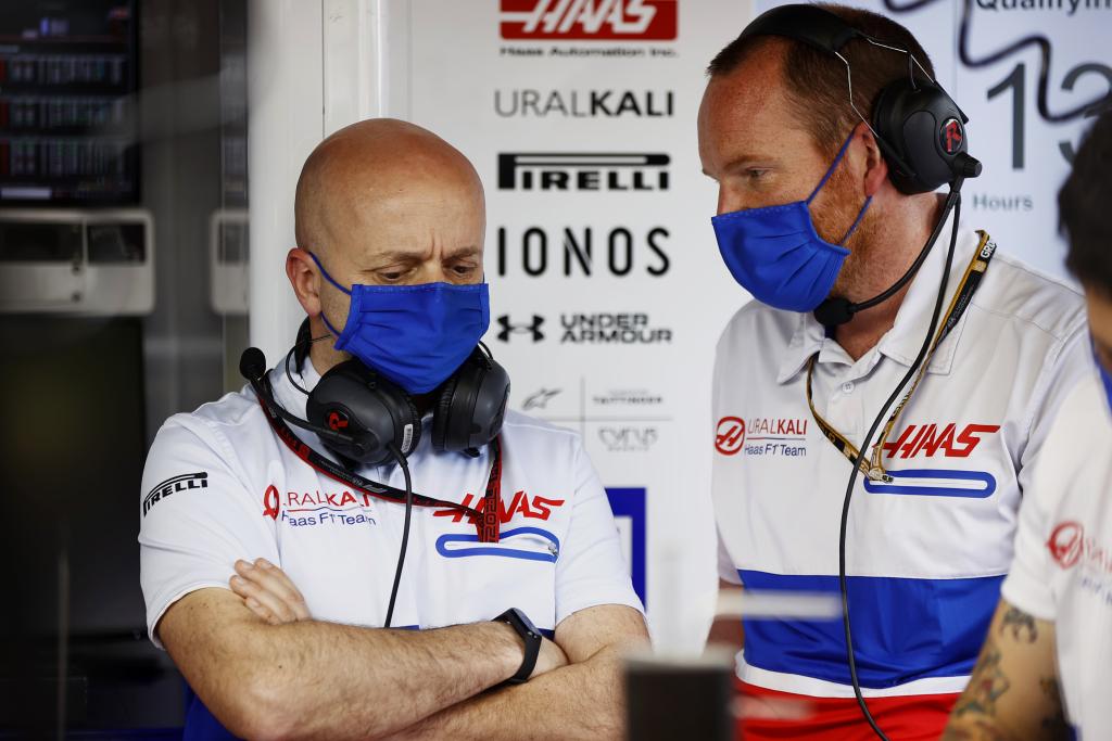 Simone Resta, Uralkali Haas F1 Takımı'nın Baş Mekanikçisi Matt Scott ile konuşuyor.